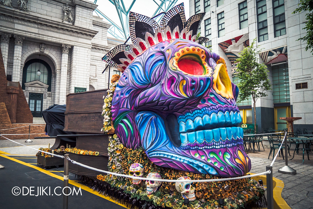 Universal Studios Singapore - Halloween Horror Nights 6 Before Dark Day Photo Report 2 - March of the Dead parade float skull king with coffins
