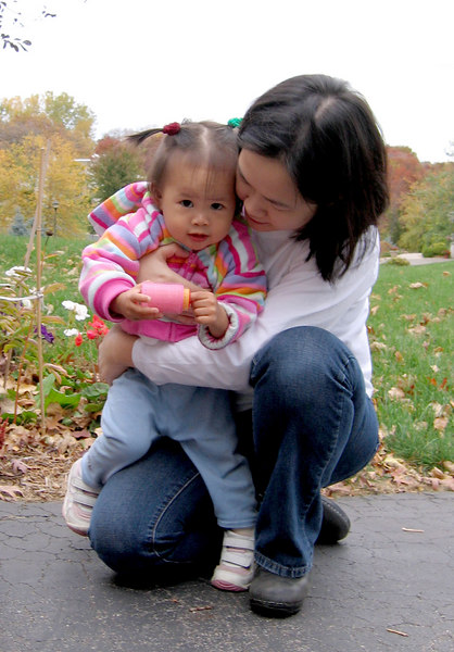 oct 08, 06 outside with mommy.jpg