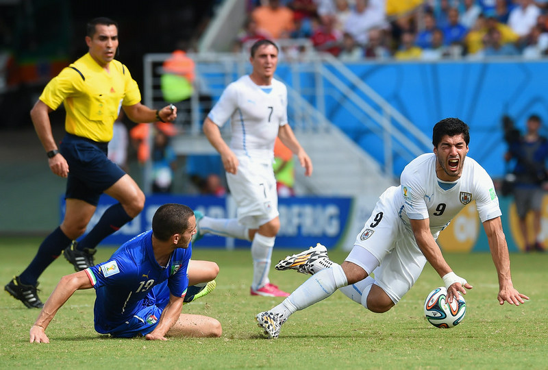 . Leonardo Bonucci of Italy challenges Luis Suarez of Uruguay during the 2014 FIFA World Cup Brazil Group D match between Italy and Uruguay at Estadio das Dunas on June 24, 2014 in Natal, Brazil.  (Photo by Claudio Villa/Getty Images)