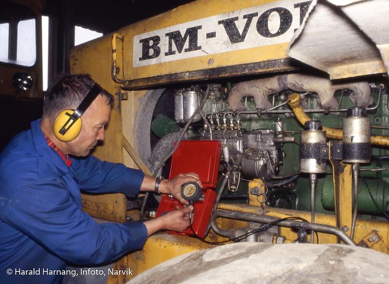 AMO-senteret på Øra (Fagernes). Opplæring i rep av store maskiner. Faglærer Bjørn Rønhaug.
