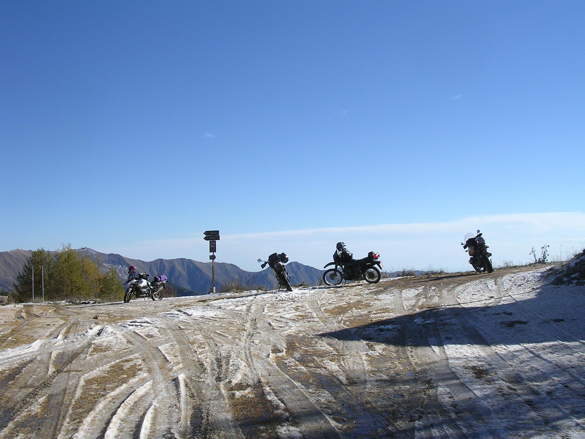 Sneeuw op Baisse di Sanson en slordig geparkeerd