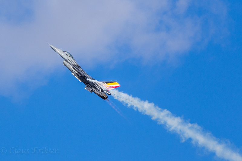 Belgian F-16 smoke and fire