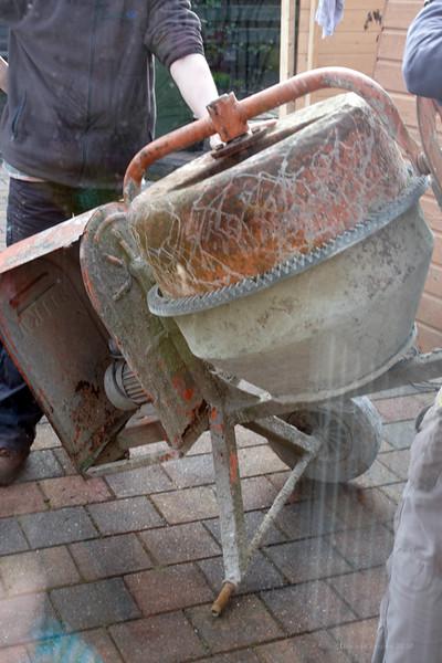 Om van de bijkeuken naar buiten te komen moest een wiel gedemonteerd worden anders paste de betonmolen niet door de deur