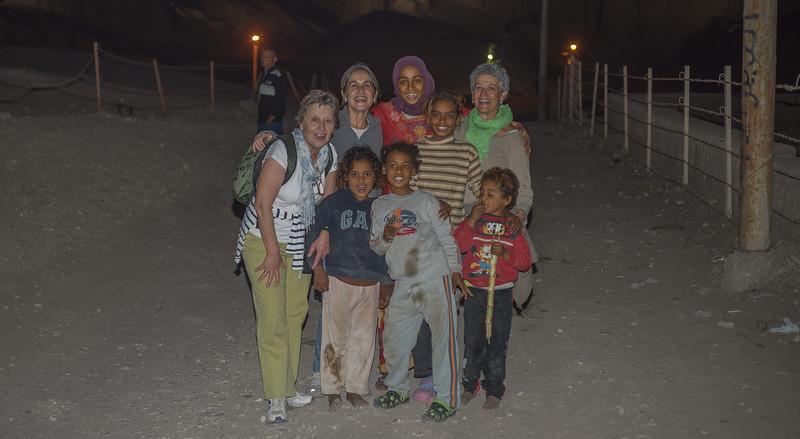 Grupo de niños con Pía, Maky y Celia