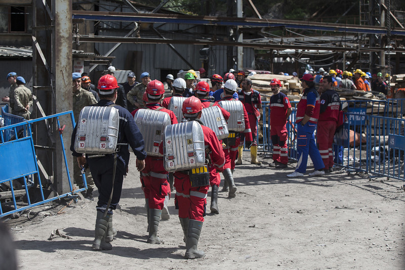 . Rescue workers with breathing apparatus prepare to enter the mine in Soma which collapsed on Tuesday killing at least 284 people on May 16, 2014 in Soma, Turkey. Rescuers are still trying to reach parts of the coal mine in Soma days after fire knocked out power and shut down the ventilation shafts and elevators, trapping hundreds underground. At least 284 people have been confirmed dead, mostly from carbon monoxide poisoning, and hopes are fading of pulling out any more alive of the 100 or so still thought to be inside. (Photo by Oli Scarff/Getty Images)
