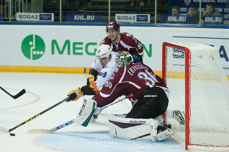 Pavel Buchnevich (89) tries to score the goal to Joacim Eriksson (30)
