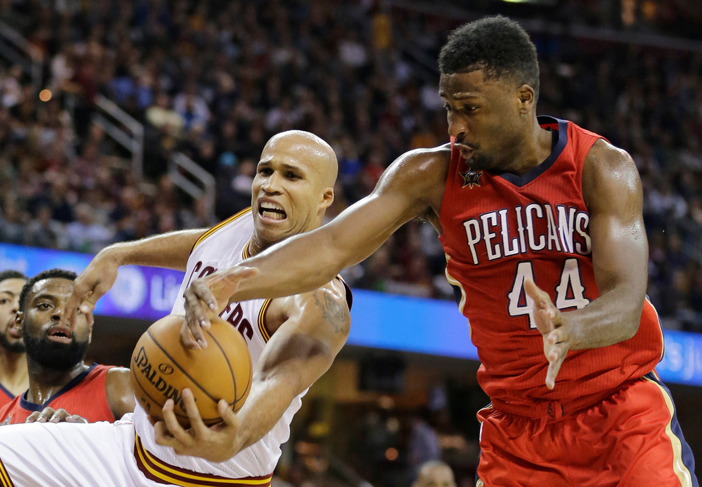 . New Orleans Pelicans\' Solomon Hill, right, and Cleveland Cavaliers\' Richard Jefferson battle for the ball in the first half of an NBA basketball game, Monday, Jan. 2, 2017, in Cleveland. (AP Photo/Tony Dejak)