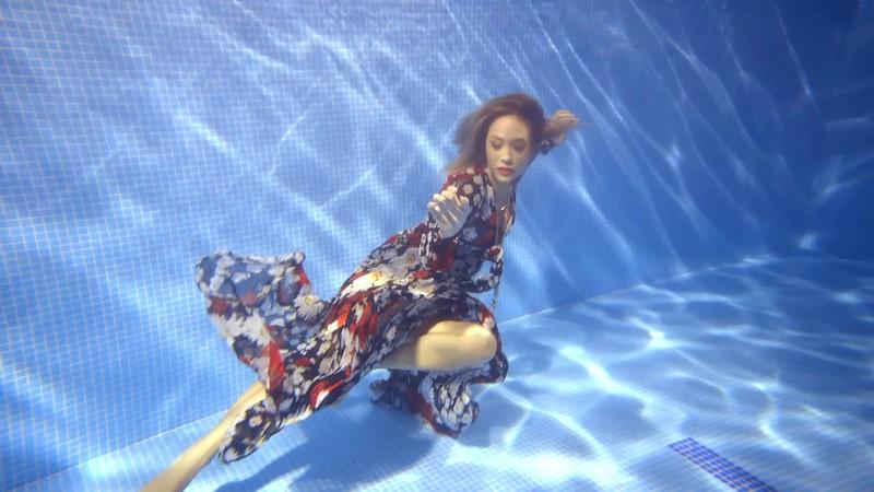 Myleene Underwater_Instagram_02.mov