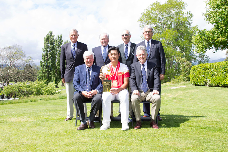 Members of the Royal Wellington Golf Club with Yuxin Lin from China and his trophy after winning the  Asia-Pacific Amateur Championship tournament 2017 held at Royal Wellington Golf Club, in Heretaunga, Upper Hutt, New Zealand from 26 - 29 October 2017. Copyright John Mathews 2017.   www.megasportmedia.co.nz
