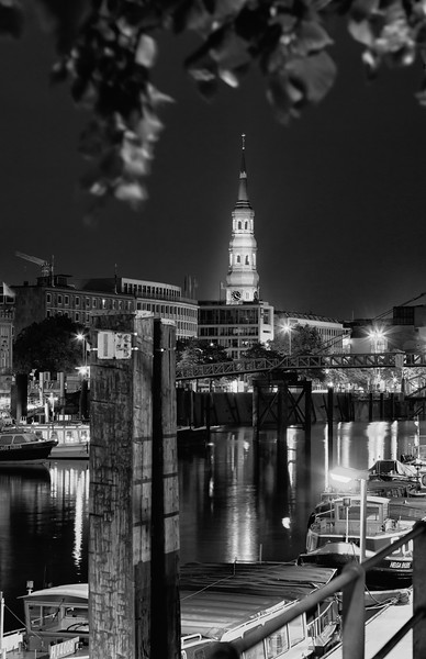 Hamburg Binnenhafen bei Nacht schwarz-weiß