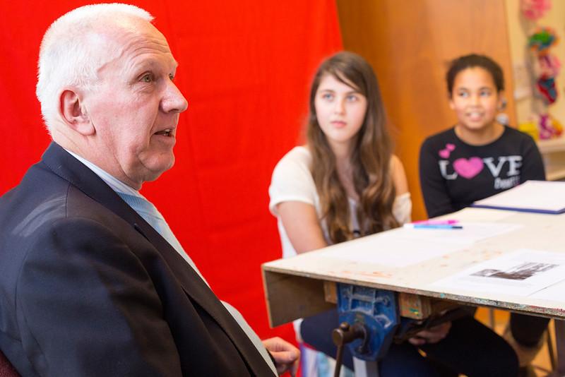 Oorlog in mijn Buurt, 3 februari 2015, leerlingen van de Anne Frank school interviewen Paul Hagel. foto: Katrien Mulder