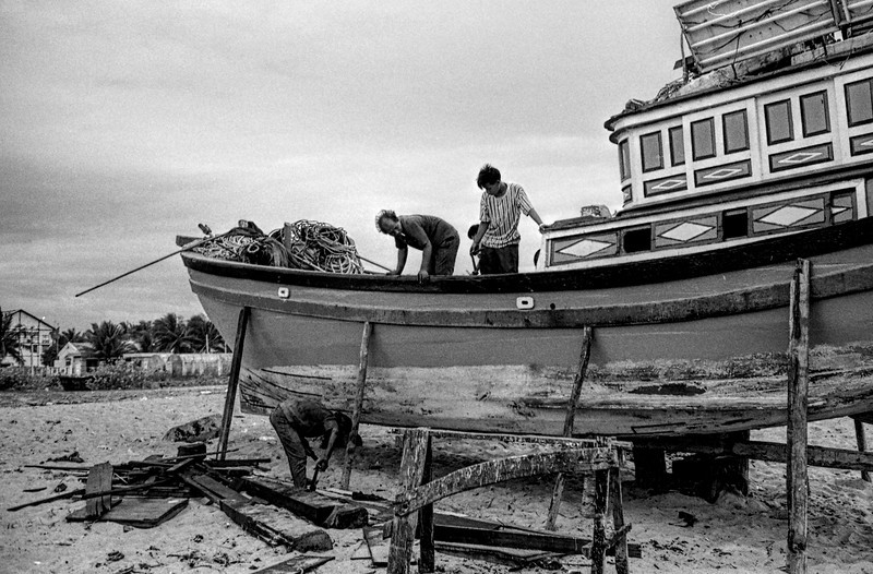 Men fixing Boat on Beach 12684.jpg Blurb.JPG