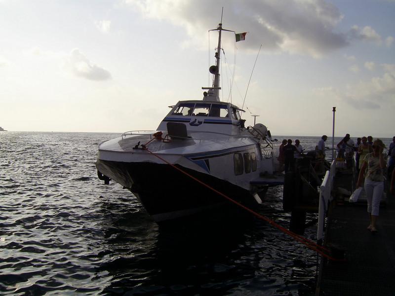 Hydrofoil ALIEOLO disembarking in Sorrento.