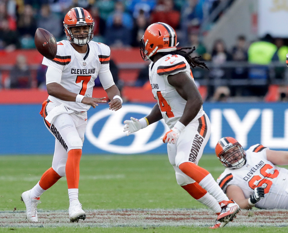 . Cleveland Browns quarterback DeShone Kizer (7), left, dumps off the ball to running back Isaiah Crowell during the first half of an NFL football game against Minnesota Vikings at Twickenham Stadium in London, Sunday Oct. 29, 2017. (AP Photo/Matt Dunham)