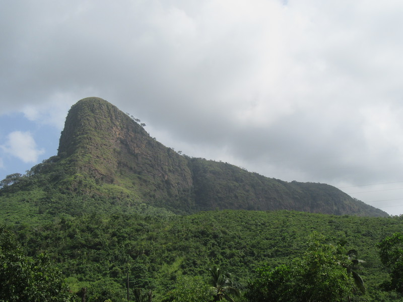 008_Dubreka. Le Mont Dixinn. Le Chien qui Fume. Assis (allongé). Lors de la saison des pluies, des nuages se forment à gauche.JPG