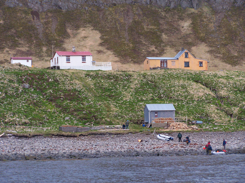 Húsin á Horni í Hornvík. Hagerupshjáleiga, Stígshús og Frímannshús. Fjöruhúsið í fjörunni.
