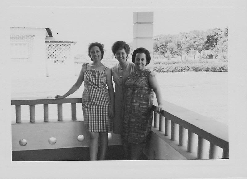 """Andrada """" Nova"""" -casa dos Adalbertos em frente das oficinas Teresa Adlaberto, Aurora Tavares e Elizabete Medeiros"""