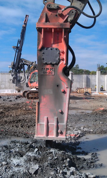 NPK GH30 hydraulic hammer on Cat 345DL excavator (13).jpg