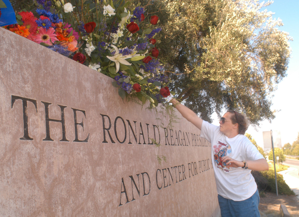 . 6/05/04--Simi Valley-Fans show their tribute for  President Ronald Reagan as they place flowers on The Ronald Reagan Presidential Library entrance Saturday afternoon. The 40th president of the United States died early Saturday morning from complications of Alzheimer\'s Disease.  (Los Angeles Daily News file photo)