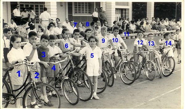 ?, 2-Toni Dinis, 3-Jorge Mendonça Santos, 4- Carlos Misseno Grilo, 5 Teresinha Misseno Grilo, 6- -Maria João Alho, 7- Luis Maldonado, 8-Tininha, 9-J.M. Dyson, 10- Marco António (Pim-pim) Olímpio, 11-? 12-Eduardo Calisto, 13- José Manuel Sota e 14- Carmen Santos Ribeiro (Carmencita)