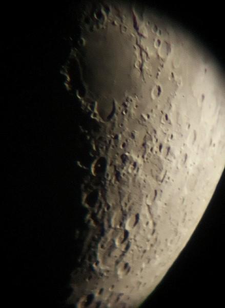 Oblast kolem moře Nektaru (planina v horní části). Zhruba uprostřed kráter Piccolomini s viditelným středovým vyvýšením.