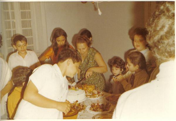 João Valente, Tininha, Maria Luisa Valente, e filhas do Medina: a Yolanda atrás da Maria Luisa, do lado da Tininha,  Clarisse, a Débora de agasalho e a pequenina é a Iracema.