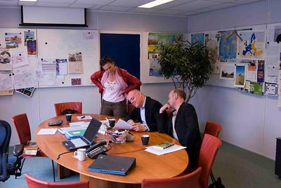 Threes en Alex kijken toe als Ruud een uitleg geeft over de plannen voor 2009