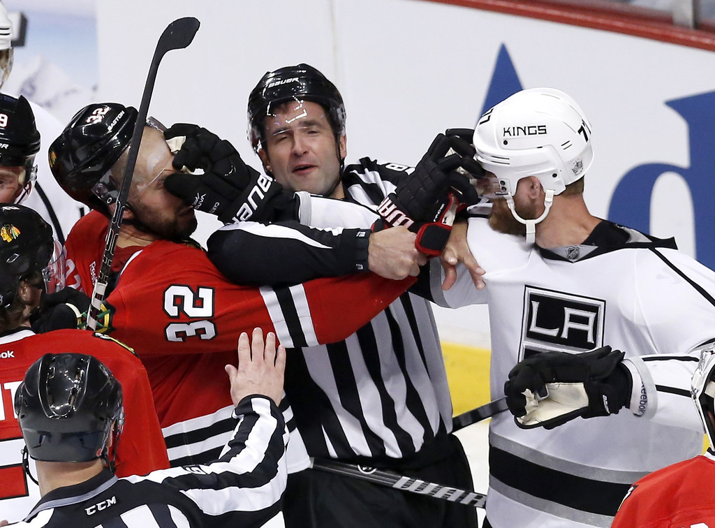 . Chicago Blackhawks defenseman Michal Rozsival (32) and Los Angeles Kings center Jeff Carter get into a pushing match during the third period of Game 1 of the Western Conference finals in the NHL hockey Stanley Cup playoffs in Chicago on Sunday, May 18, 2014. The Blackhawks won 3-1. (AP Photo/Charles Rex Arbogast)