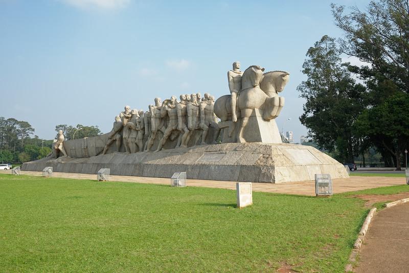 """Monument aux Drapeaux """" Monumento às Bandeiras"""""""