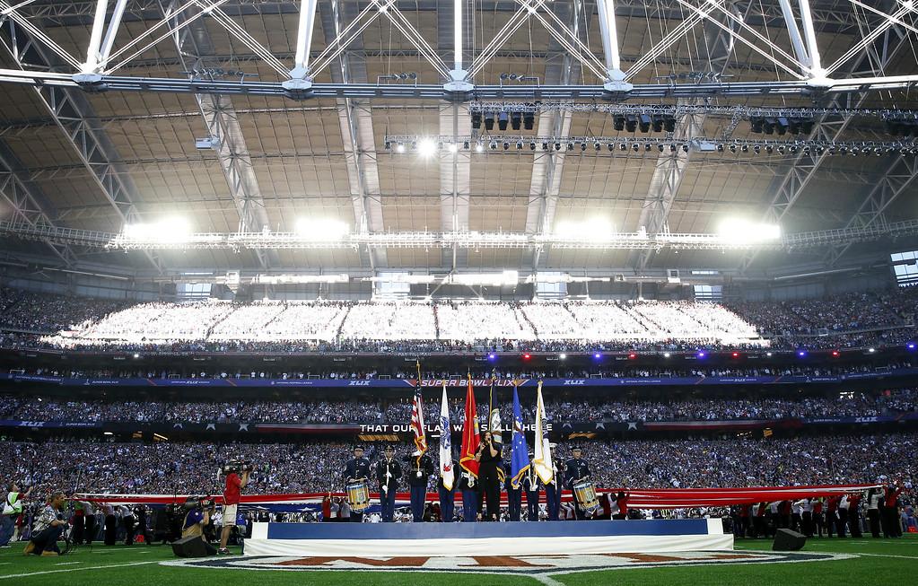 . GLENDALE, AZ - FEBRUARY 01:  Singer Idina Menzel sings the national anthem prior to  Super Bowl XLIX at University of Phoenix Stadium on February 1, 2015 in Glendale, Arizona.  (Photo by Christian Petersen/Getty Images)