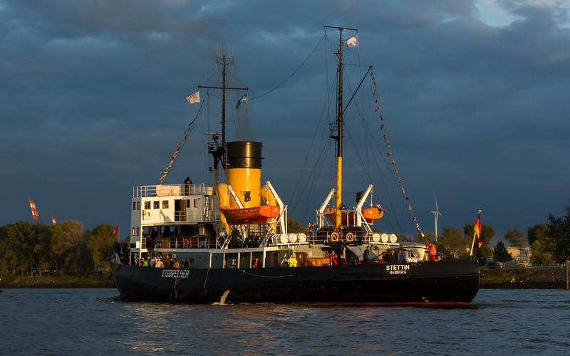 Dampfschiff Eisbrecher Stettin auf der Elbe
