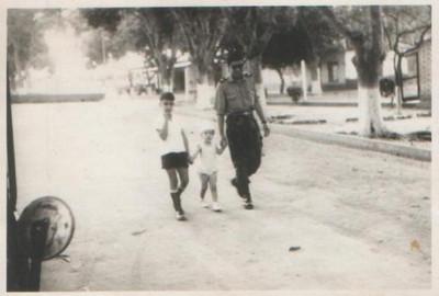 Cacanda Beto e Ivone Silva caminhando com um militar