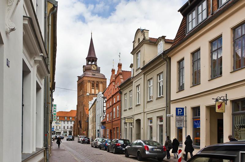 Güstrow. Blick auf Turm der Marktkirche von Süden aus Domstrasse