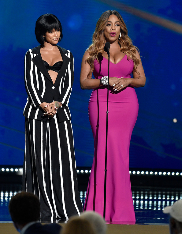 . Karrueche Tran, left, and Niecy Nash present the Twyman�Stokes teammate of the year award at the NBA Awards on Monday, June 25, 2018, at the Barker Hangar in Santa Monica, Calif. (Photo by Chris Pizzello/Invision/AP)