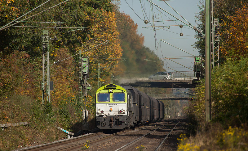 Captrain 6601 on the coke empties 47502 (Bottrop-Sued - Seraing/B) reaches Kohlscheid amidst peak fall colors.