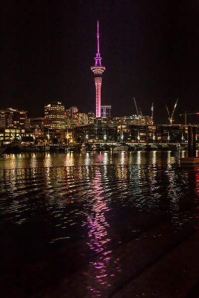 Sky Tower bei Nacht