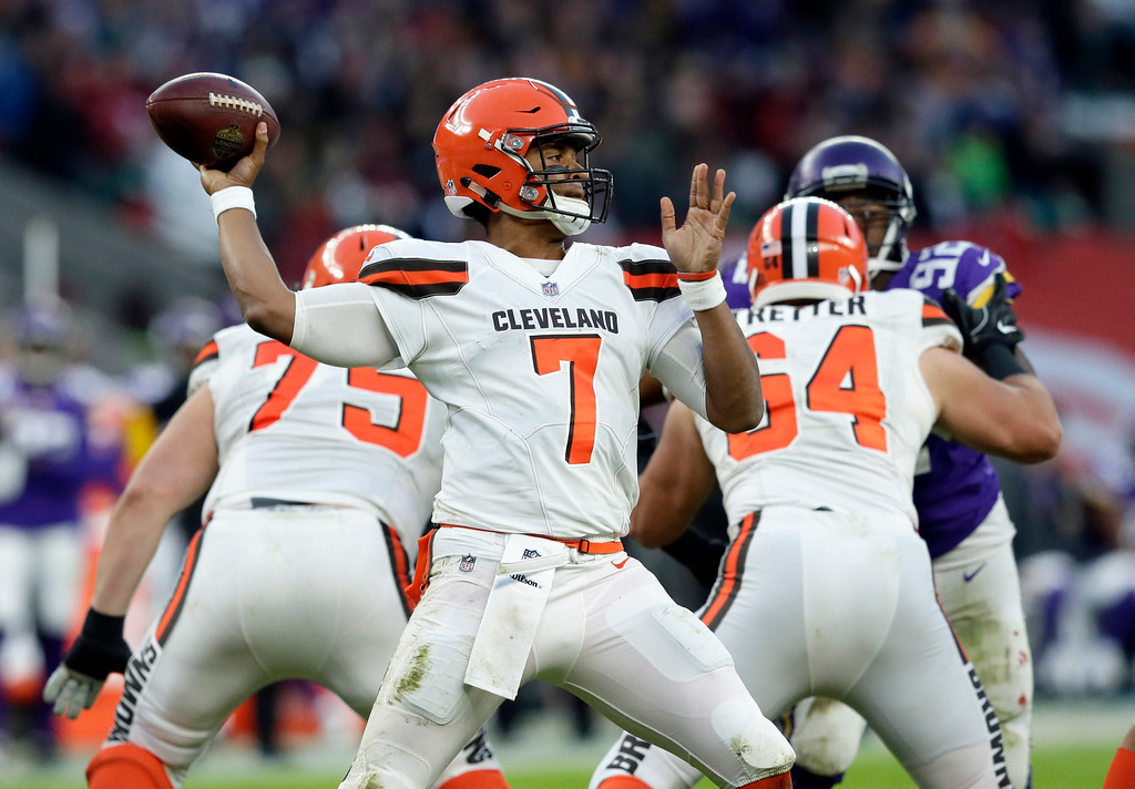 . Cleveland Browns quarterback DeShone Kizer (7) passes the ball during the second half of an NFL football game against Minnesota Vikings at Twickenham Stadium in London, Sunday Oct. 29, 2017. (AP Photo/Tim Ireland)