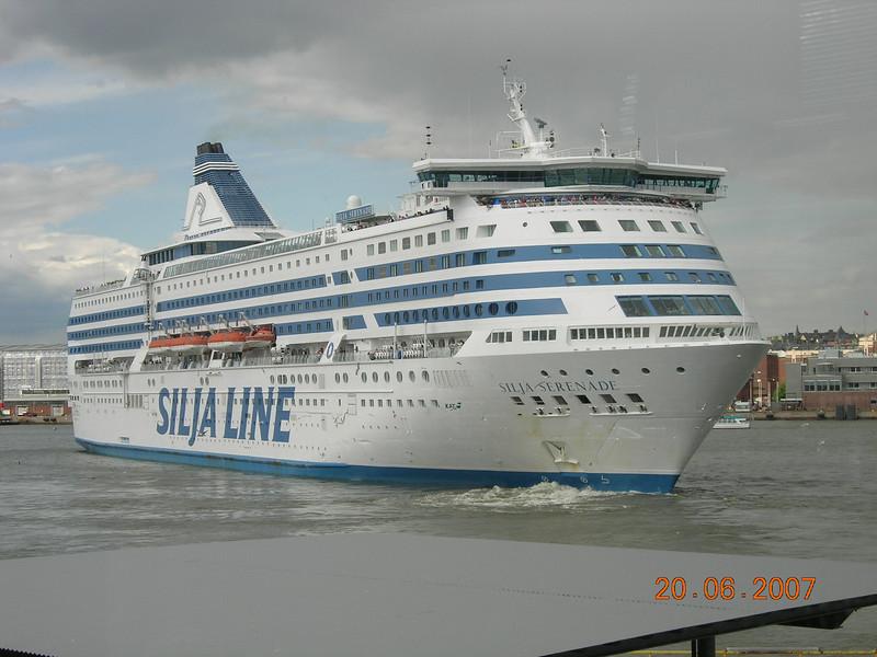 2007 - SILJA SERENADE maneuvering in Helsinki.