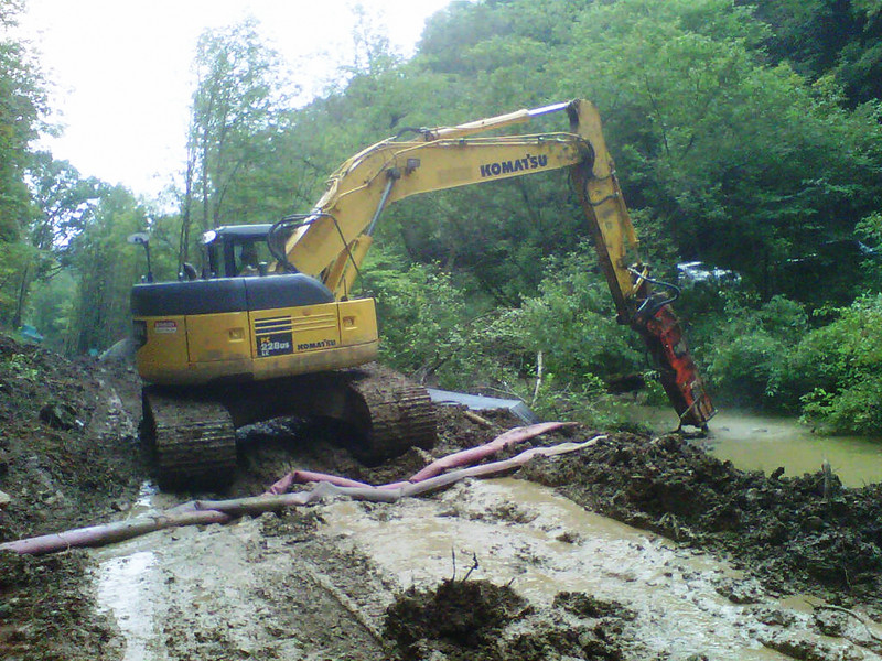 NPK GH9 hydraulic hammer on Komatsu PC228US excavator (1).jpg