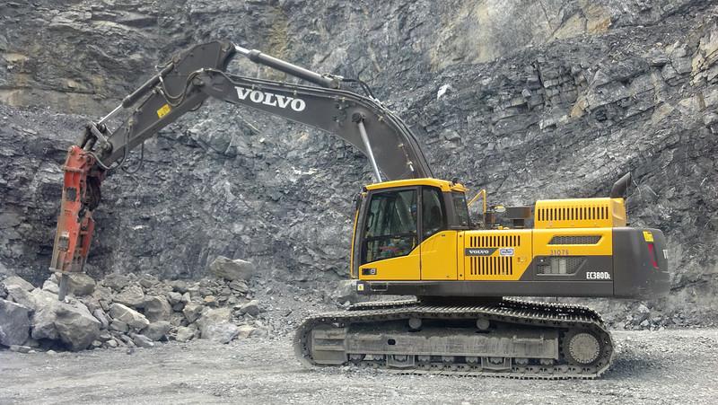 NPK GH15 hydraulic hammer on Volvo EC380DL excavator (7).jpg