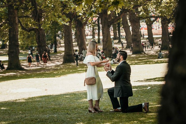 Secret proposal in Green Park near Buckingham Palace in London