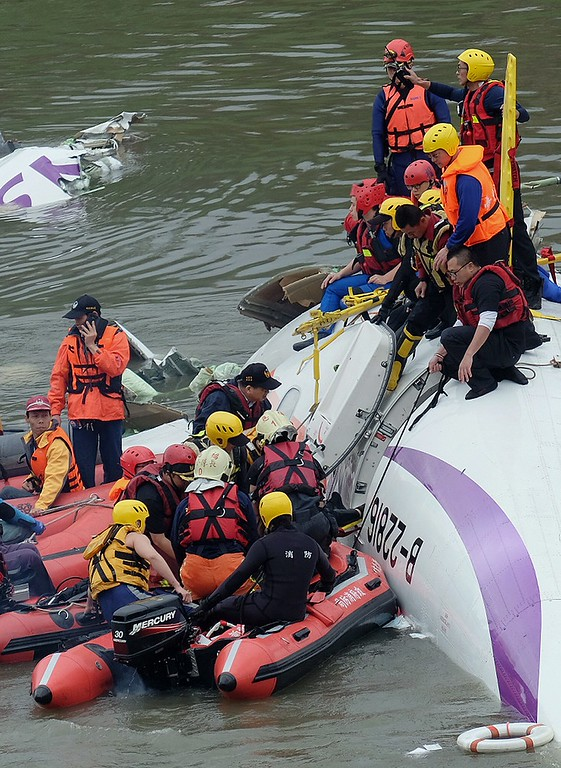 . Rescue personnel work to free passengers from a TransAsia ATR 72-600 turboprop plane that crash-landed into a river outside Taiwan\'s capital Taipei in New Taipei City on February 4, 2015. The passenger plane with 58 people on board was on a domestic flight when it plunged into the river, with at least 10 people rescued and dozens trapped inside, according to television reports.   AFP PHOTO / SAM YEHSAM YEH/AFP/Getty Images