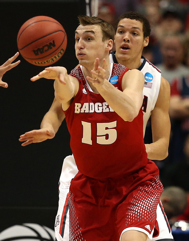 . Sam Dekker #15 of the Wisconsin Badgers passes the ball in front of Aaron Gordon #11 of the Arizona Wildcats in the second half during the West Regional Final of the 2014 NCAA Men\'s Basketball Tournament at the Honda Center on March 29, 2014 in Anaheim, California.  (Photo by Jeff Gross/Getty Images)