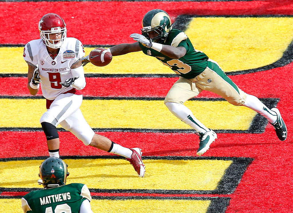 . Washington State wide receiver Gabe Marks (9) pulls in a touchdown pass as Colorado State defensive back Bernard Blake (23) defends during the first half of the New Mexico Bowl NCAA college football game, Saturday, Dec. 21, 2013, in Albuquerque, N.M. (AP Photo/Matt York)
