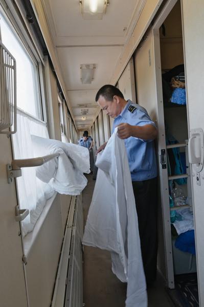 Kurz vor Peking wurde auch unser Zugpersonal aktiv und fingen an, sauber zu machen. Das hätten sie ruhig etwas eher machen können...