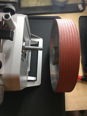 Serrated grinding wheel