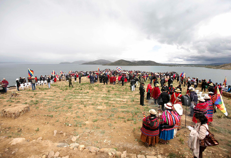 . People take part in a ceremony of the sacred fire at Intja island in La Paz December 16, 2012. Sunday marks the first of six days of celebration to commemorate the end of the Mayan Calendar on December 21, which some believe to be the end of the world,  that indigenous Bolivians regard as the change of an era. REUTERS/Gaston Brito