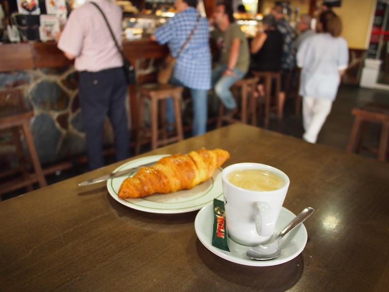 P7215686-cafe-croissant-3-euro.JPG
