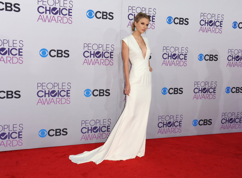. Taylor Swift arrives at the People\'s Choice Awards at the Nokia Theatre on Wednesday Jan. 9, 2013, in Los Angeles. (Photo by Jordan Strauss/Invision/AP)