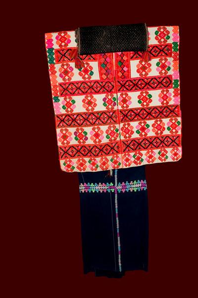 Costume traditionnel de  TENEJAPA.Femme, costume de conseil municipal des dimanches et fête  - jupe bleue , longue, simple à une bande rebrodée verticale et double bande horizontale. Le Huipil est brodé mais dejà en couleur synthétique.